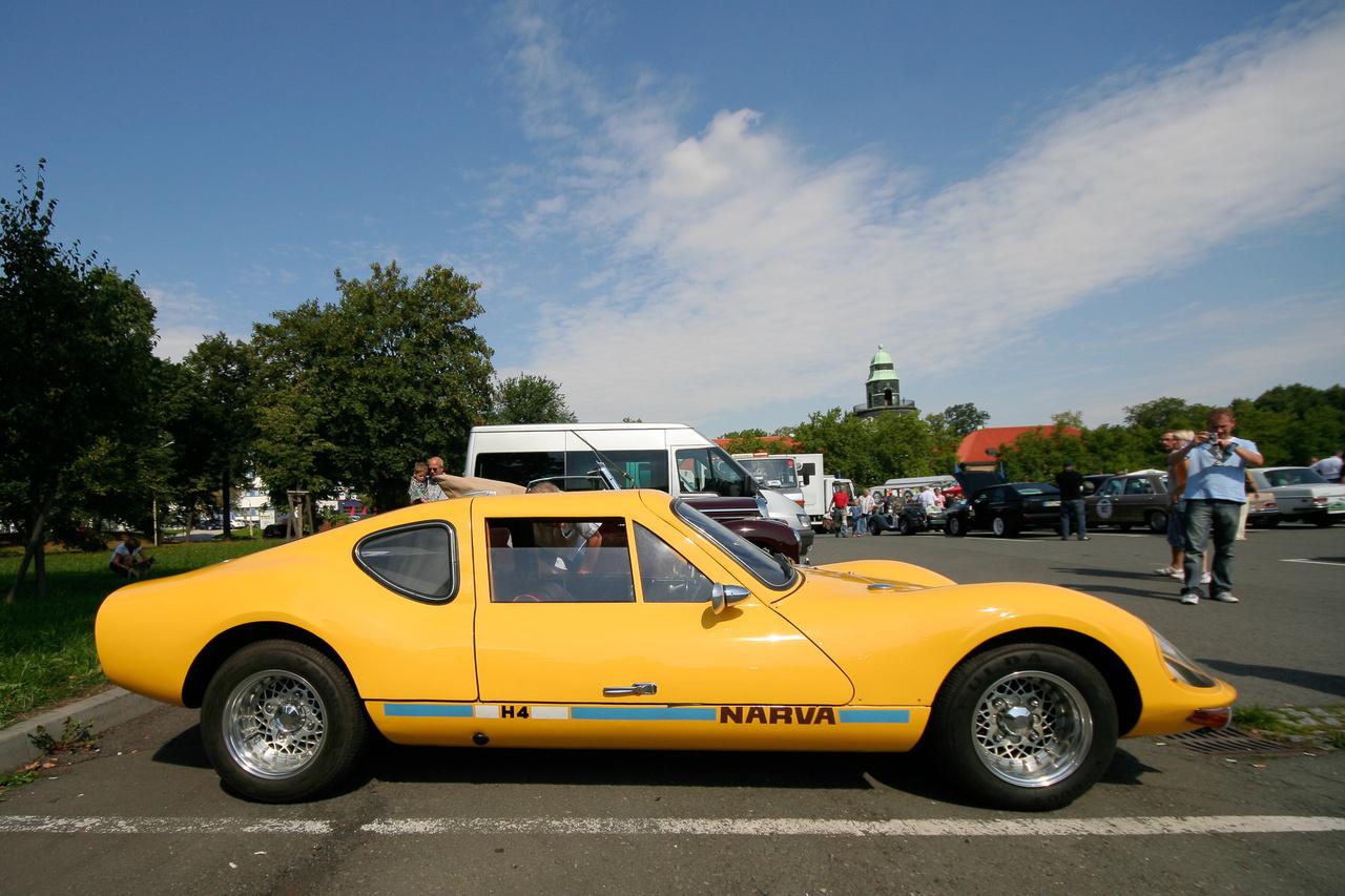 Volt pár Melkus a mezőnyben, tudják, a Wartburg-motoros, NDK sportkocsi. Melkus bácsi épített V6-os blokkot is a háromhengeres Wartyogó-blokkokból.