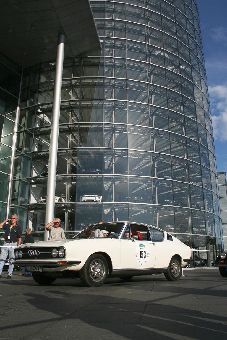 A VW-csoport üveggyára, ahol a Phaeton készült, a tervekhez képest félgőzzel. Igaz, a szabad kapacitást Bentley-k gyártásával töltötték ki, de azokat elrejtették a felső szinteken, hogy ne legyenek feltűnőek, ne sérüljön a brit mítosz.