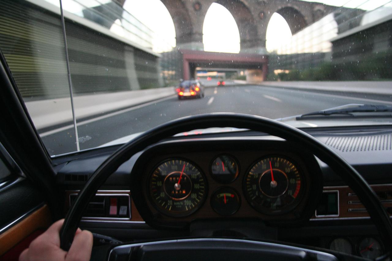 Autópályán az Audi, Csikós szemszögéből.