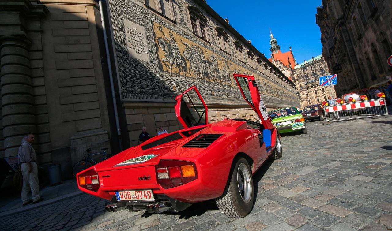 Bernd Ostmann, az Auto Motor und Sport akkori főszerkesztője nem tudodd feltűnés nélkül közlekedni, de pláne parkolni. Kábé olyan benzi-olaj keveréken élt a Lambo, mint egy kétütemű Trabi.