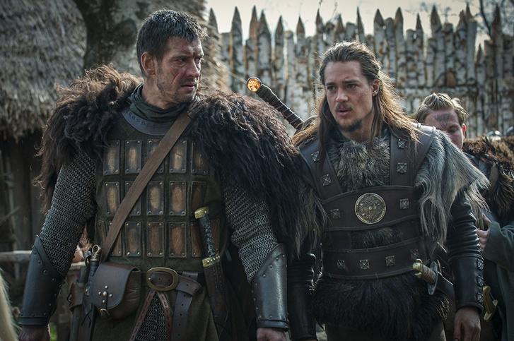 Jobboldalt a The Last Kingdom főhőse, Uthred a kardjával