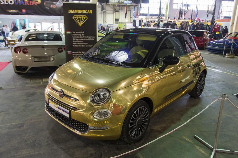 Dubaji táncoslányok, műkörmösök és egyéb művésznők hőn vágyott bevásárlókocsija lehet ez a fuxos kis Fiat 500-as