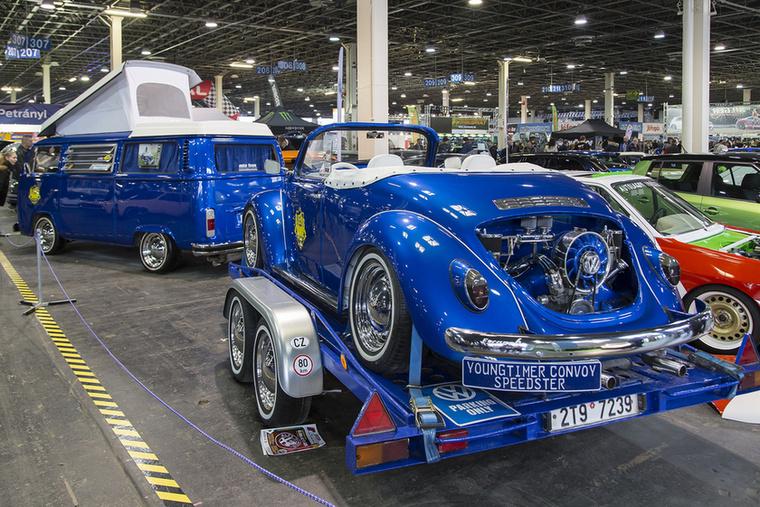 Micsoda szerelvény! Csehországból érkezett ez a szépséges, kékséges Volkswagen mesevonat, a Terroristwagennel vontatott Bogár klasszik