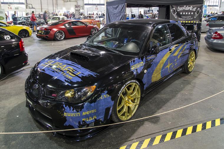 A fekete Subaru Impreza STI hiába próbálja leplezni, kilóg a ralis örökség a bőre alól