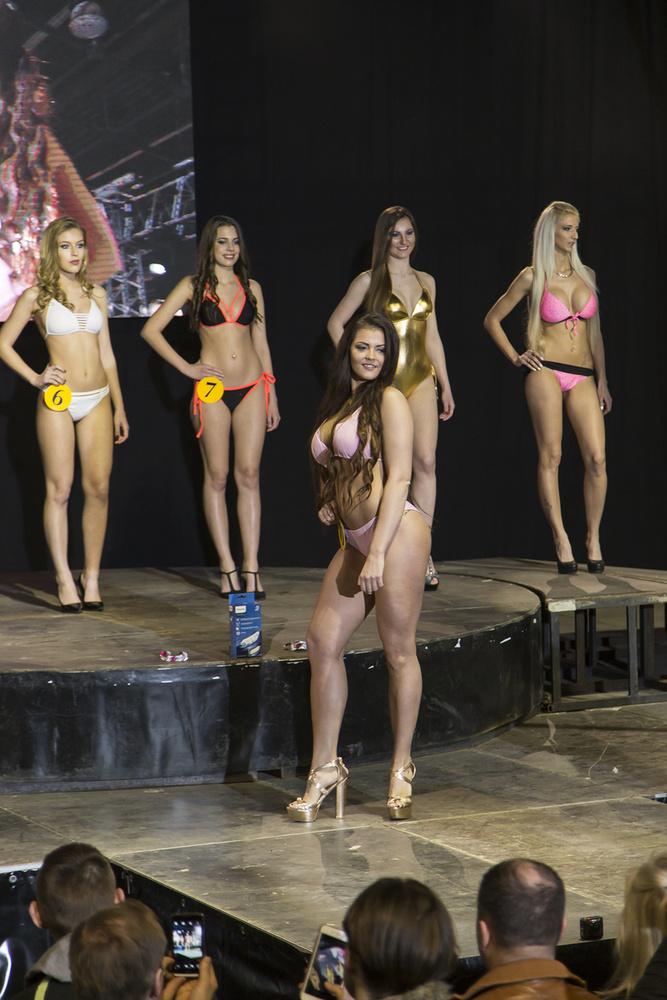 Az AMTS szépségversenyének néhány döntőse a nagyszínpadon