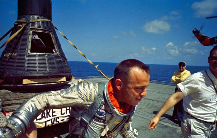 Alan Shepard, a Mercury hét űrhajósának egyike, közvetlen azután, hogy első amerikaiként megjárta az űrt. Az ott hátul a Freedom 7, egy Mercury-kapszula