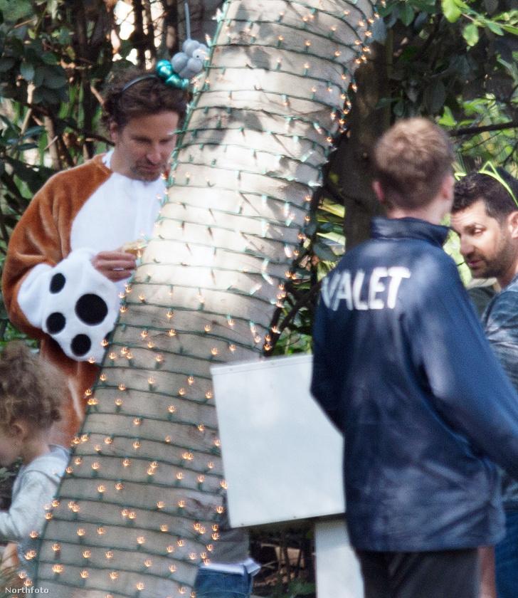 Hopp, ez Bradley Cooper, aki cicus maszkos párja kiegészítéseként kutyusnak öltözött!