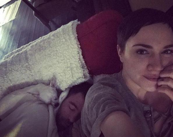 Tóth Gabi a hétvégén posztolta a fotót, melyen a kanapén lazít az alvó Gáborral és a szintén szunyókáló Gizi kutyussal.