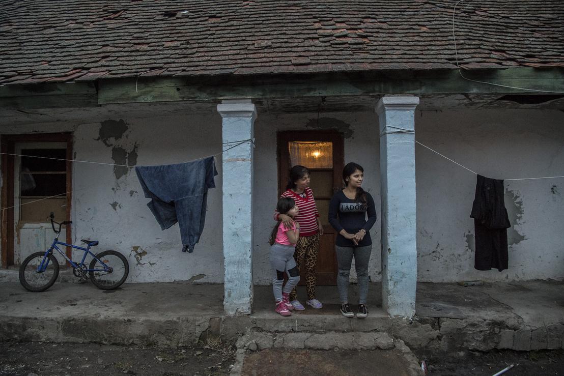 Ramóna édesanyjával és testvére gyerekével házuk előtt