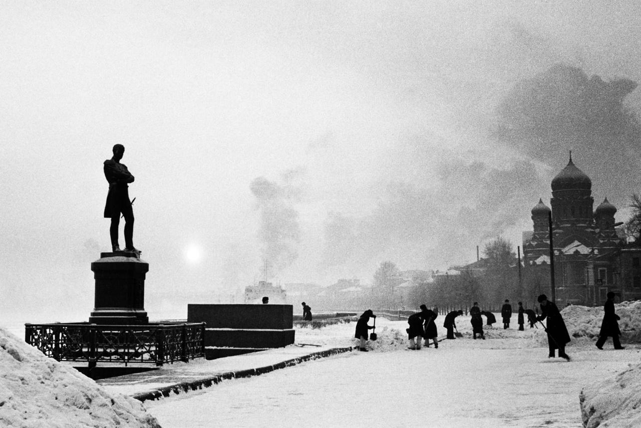 A Neva-folyó partja Leningrádban