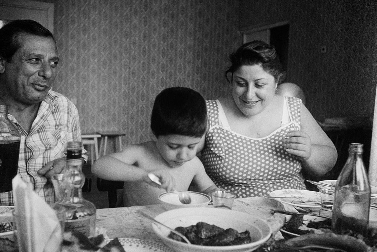 Egy grúz család vacsorázik 1989-ben.