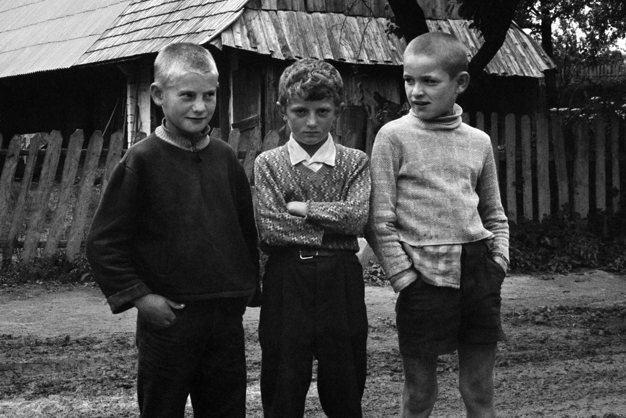 Három fiú a Kárpátokban, az Ukrán Szovjet Szocialista Köztársaságban.