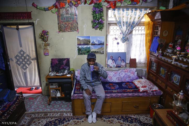Kami Rita 48 éves nepáli serpa, hegyi vezető bérelt szobájában, Katmanduban