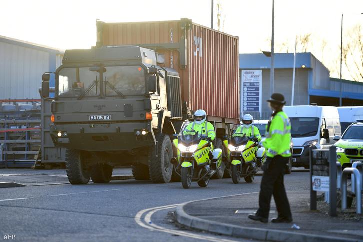 Rendőri kísérettel szállítják el Szergej Szkripal konténerbe zárt autóját Salisburyből