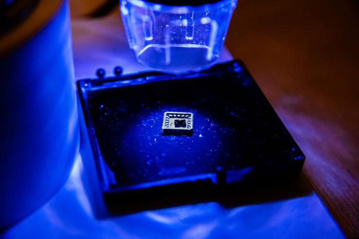 A BME kutatói által épített kvantumcsip.