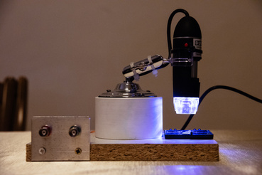 A BME kutatói által épített kvantumcsip egy mikroszkóp alatt.