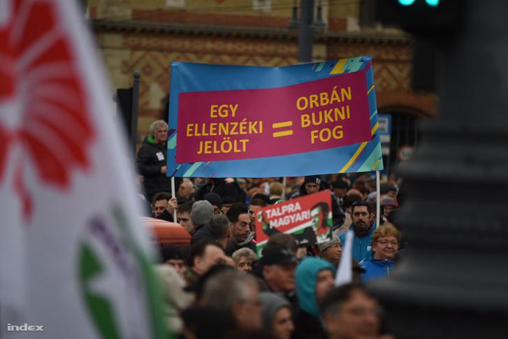 Molinó az MSZP és a Demokratikus Koalíció gyűlésén a Fővám téren 2018 március 15-én