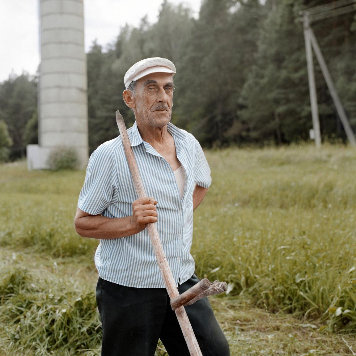 """""""Amióta az eszemet tudom, ezen a földön élek. Igaz, a dombon túl születtem, Zabieliškėben"""" - mondja a kaszálón kószáló fotósnak az Algis nevű férfi. """"Nem is tudom, létezik-e még a falu. A szívemben megvan, messze meg nem utaznék sehová. Ugyan mit találnék ott? Azt mondja meg nekem."""""""