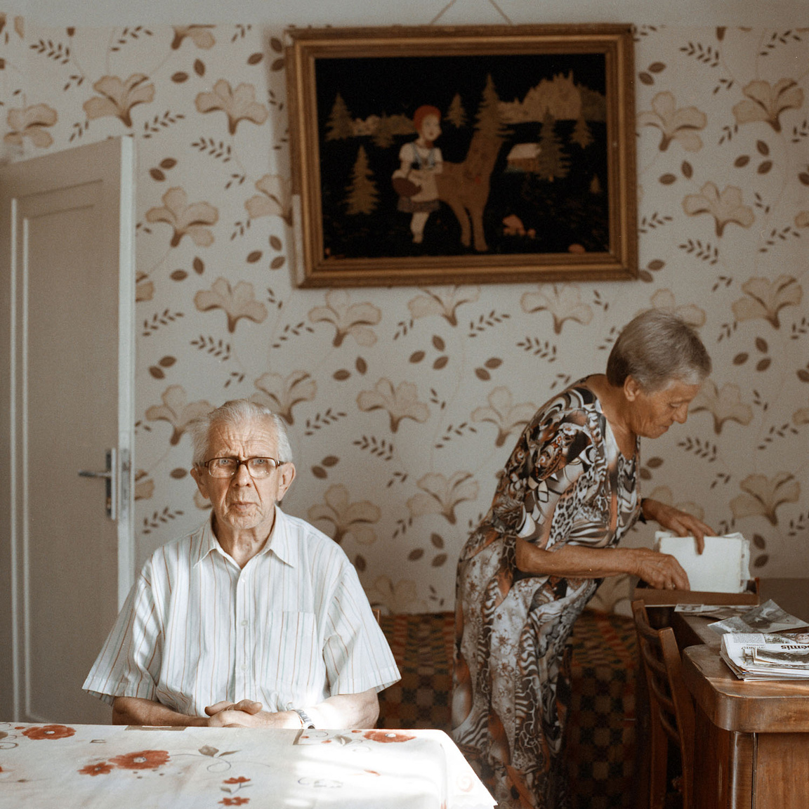 """""""Nem is éltem még, amikor az apám megépítette ezt a házat, hogy felneveljen minket. Emlékszem, gyerekkoromban milyen szép volt a táj a tornácunkról. Nézze meg most, emerre gyár, amarra kísértetházak"""" - panaszolja Stasys. Felesége, Aldona, közben régi fényképeket keres a házról a fiókban."""