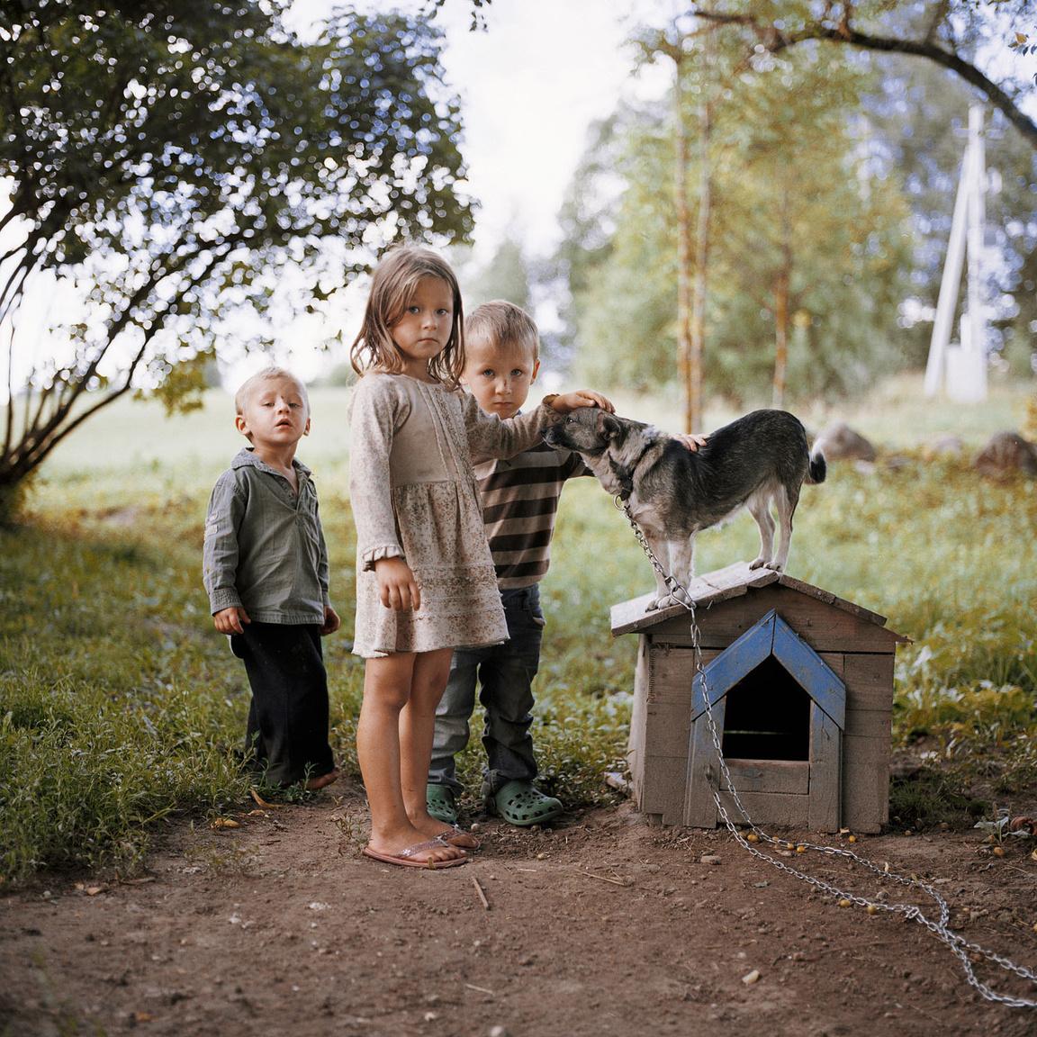 Ugne, Dovydas, Egidijus és Meskis kutya.