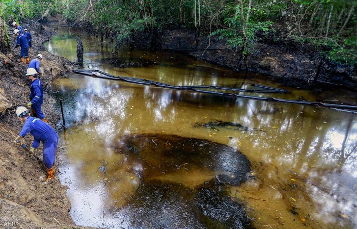 Az Ecopetrol állami olajvállalat dolgozói tisztítják a Lizama folyót 2018 március 26-án.