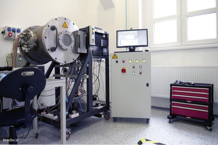 A termovákuum-kamra (a nagy hengeres tartály) egy régebbi gyártmány, a műszerek és kapcsolódó berendezések viszont vadiújak.