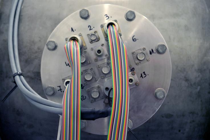 13 mérési ponton lehet műszereket csatlakoztatni a vákuumkamrára.