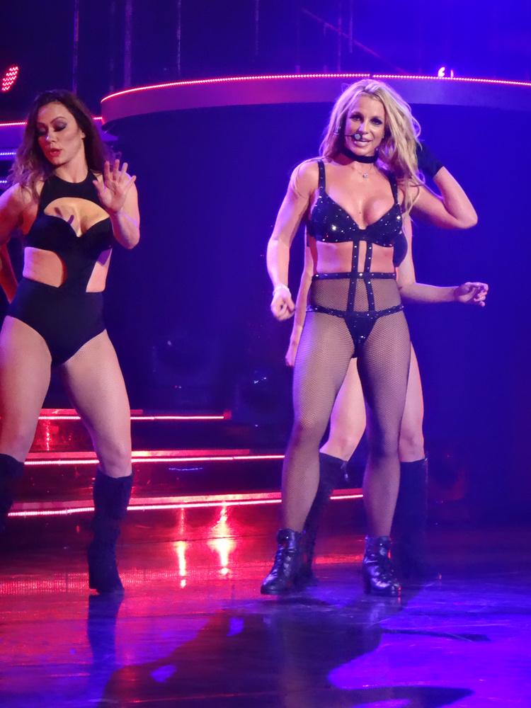 ...Spears vélhetően a saját adottságaival is el tudna adni nagyjából bármit.Ezzel a fotóval búcsúzunk, ami az utolsó Las Vegas-i koncertjén készült decemberben, és amiről itt egy egész galériát láthat.viszlát!