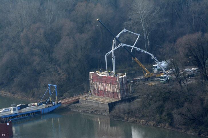 Az épülő Tisza-híd egyik pillérét betonozzák az épülő M4-es autópálya nyomvonalán Tiszapüspöki határában 2014. december 18-án.