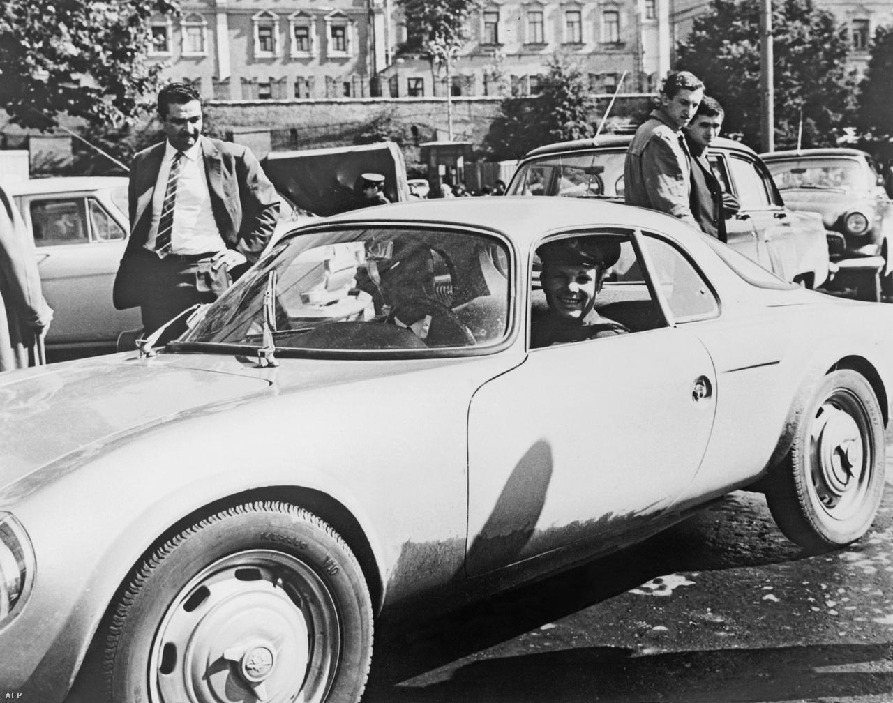 1965. augusztus 2. Gagarin sportautóját vezeti.