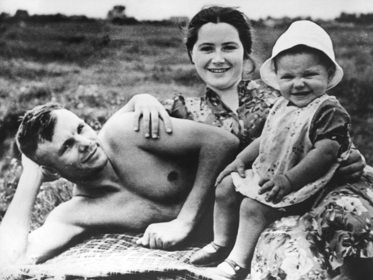 1960. júniusa. Gagarin és családja a strandon.