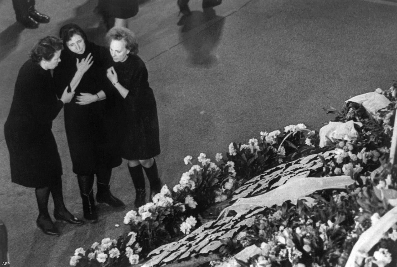 Vlagyimir Szerjogin özvegye Gagarin sírjánál, 1968. március 30-án.