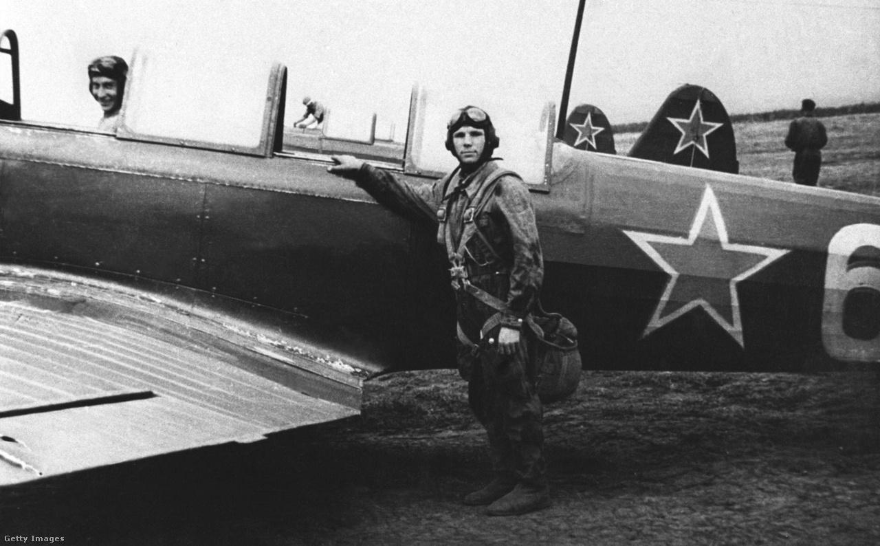 1955-ös fotó: Gagarin az első repülőgéppel, amivel repült, egy Jakovlev Jak-18-cal.