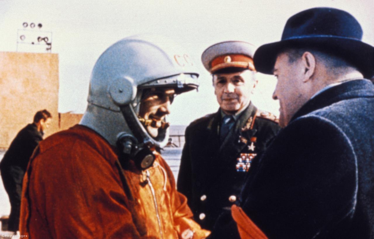 Gagarin űrhajós és Koroljov rakétamérnök búcsúzkodnak a Vosztok-1 történelmi startja előtt.