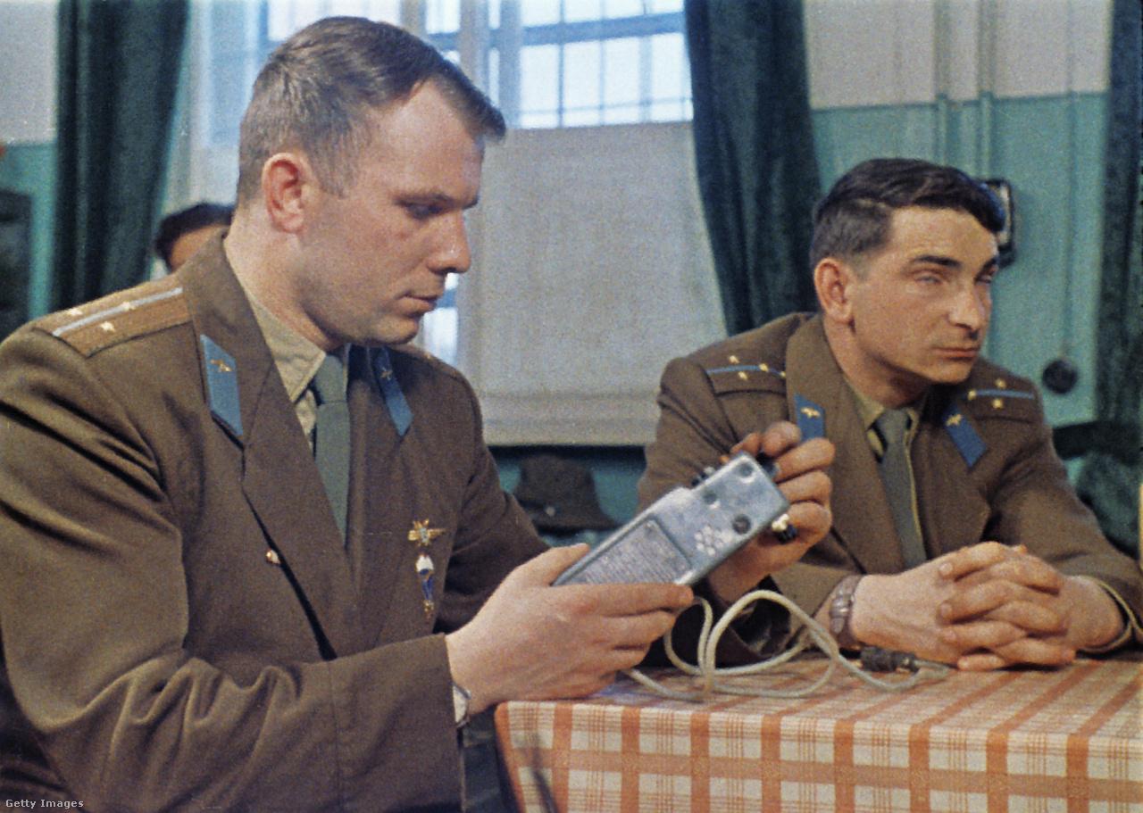 1965: Gagarin egy űrbe szánt műszert vizsgálgat.