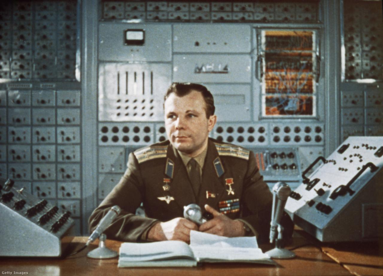 Az űrt megjárt Gagarin egy tévéstúdióban, a hatvanas évek elején.