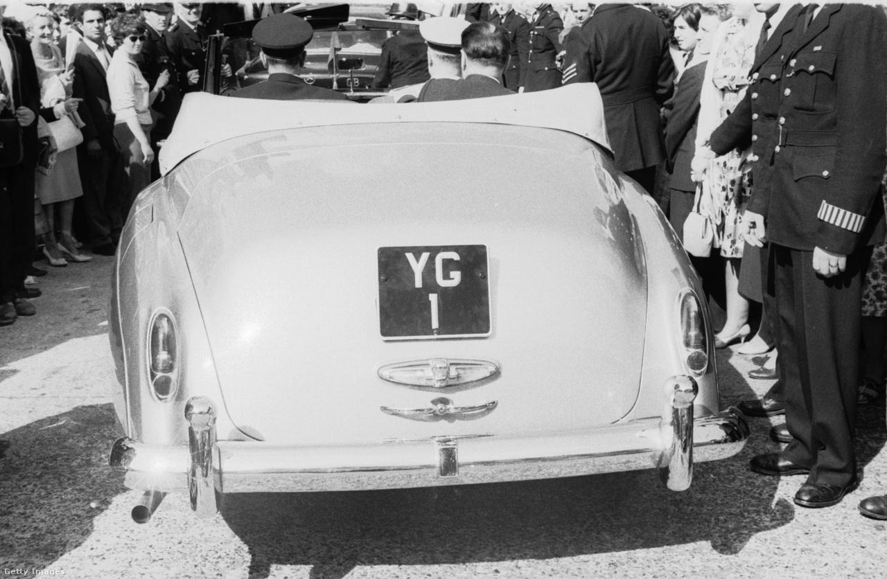 1961. július 11.: Gagarin személyre szóló rendszámmal ellátott kabrióban hajtat London utcáin, világjáró körútja egyik angliai állomásán.