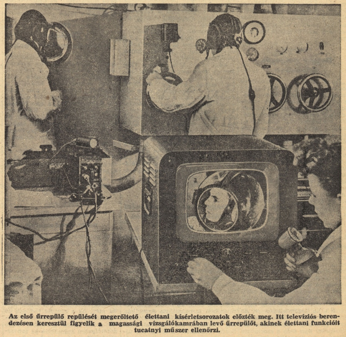 Gagarin a magassági vizsgálókamrában.