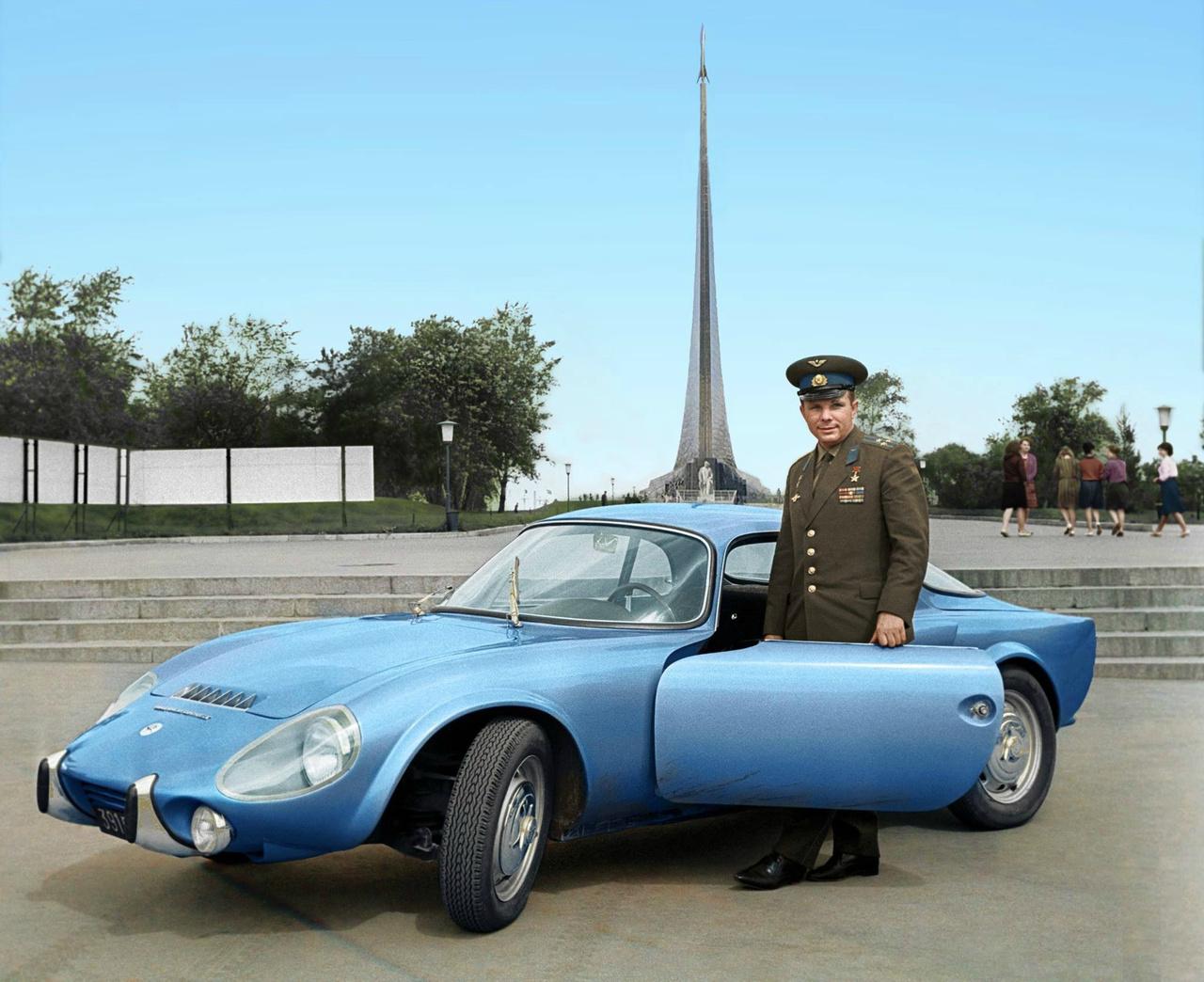 Gargarin és francia sportautója, egy Matra Bonnet Djet, 1965 körül.