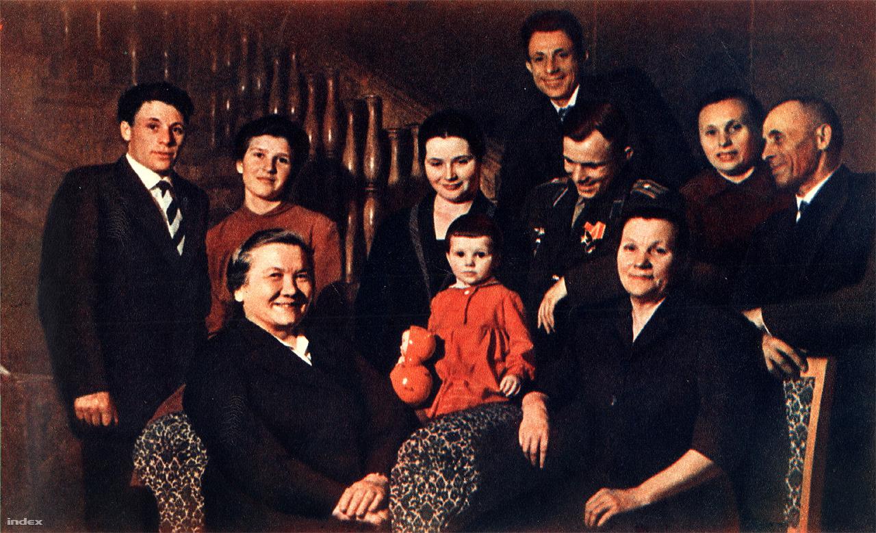 Nyina Petrovna Hruscsova látogatóban a Gagarin családnál. Az előtérben Nyina Petrovna és Gagarin édesanyja, Anna Tyimofejeva. Jobbra: Alekszej Gagarin, Zója és Valentyin. Középen: Jurij, Válja és Lenocska. Balra: Borisz Gagarin és felsége, Aza.