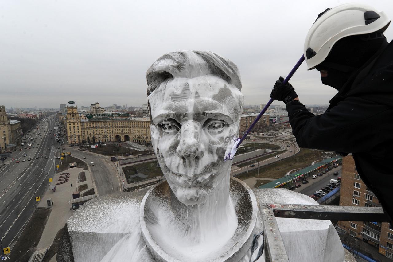 Tavaszi nagytakarítás. Moszkvában a Gagarin téren áll az űrhajós 42 méter magas, 12 tonnás, titánból készült szobra, amit áprilisban alaposan le szoktak csutakolni, hogy megszabadítsák a rárakódott kosztól, koromtól.