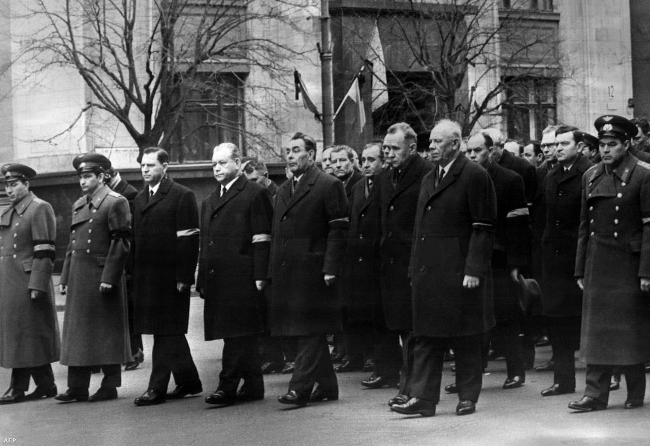 Pártvezetők, köztük Leonyid Brezsnyev, Gagarin temetési menetén, 1968. március 30-án. A Szovjetunió legnagyobb hősének hamvait a Kreml falában helyezték végső nyugalomra.