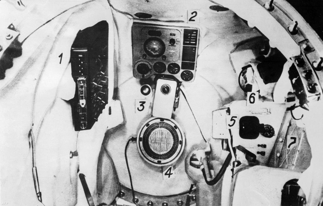 A Vosztok-1 űrhajójának kabinja persze sokkal prózaibb, spártaibb volt.