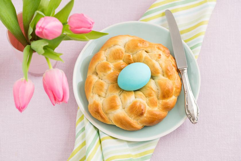 A fonott kalács a húsvéti asztal egyik legfontosabb kelléke. Idén süsd saját magad! Koszorúként még mutatósabb és ünnepélyesebb. Az édes kelt tésztát feldobhatod mazsolával, magokkal, csokival.