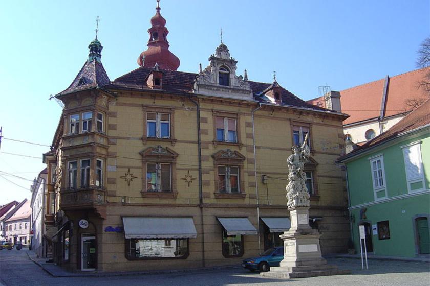 Ptuj főteréről kis utcákon keresztül lehet eljutni a várba.