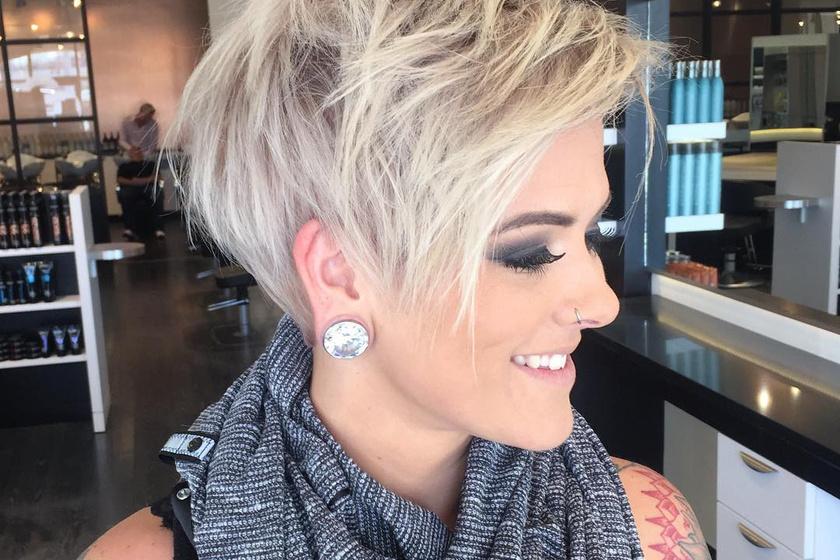 A pixie frizura a mai napig nagyon népszerű, hiszen stílusos megjelenést kölcsönöz viselőjének. Érdemes trükközni a frufruval, attól függően, hogy inkább a szemedet vagy a homlokodat szeretnéd hangsúlyozni.
