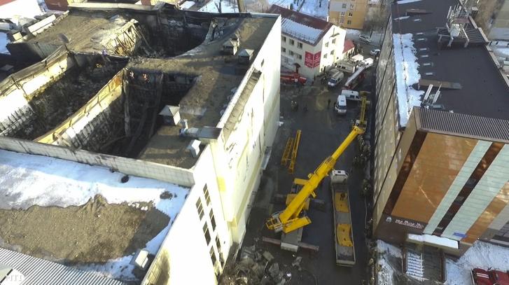 A tetőszerkezet több helyen is beszakadt a tűzben