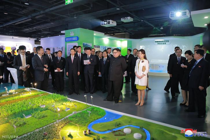 Kim Dzsong Un és felesége Zsi Szol Dzu látogatást tesz a Kínai Tudományos Akadémián Pekingben.