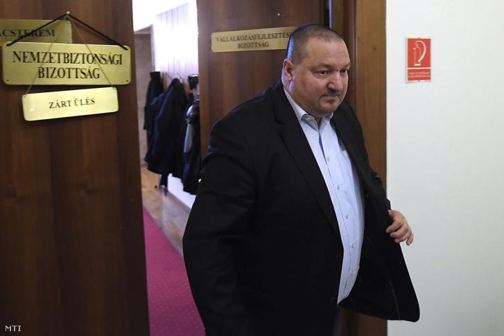 Németh Szilárd, az Országgyűlés nemzetbiztonsági bizottságának fideszes alelnöke elhagyja az üléstermet a bizottság ülésén a Képviselői Irodaházban 2018. január 25-én. A kormánypárti képviselők távoztak az ülésről, ezért az határozatképtelenné vált.