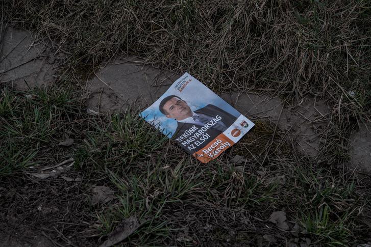 Fideszes prospektus hever az árok partján